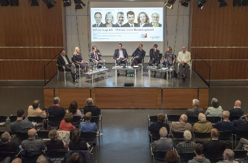 Die Bundestagskandidaten und die Moderatoren im großen Saal des Ludwigsburger Kulturzentrums. Foto: factum/Weise