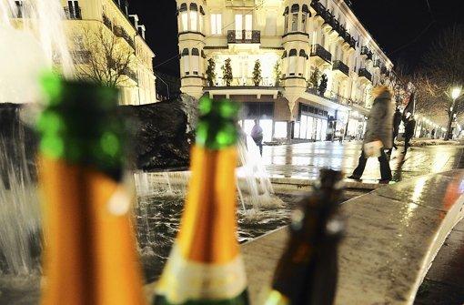 Brennpunkt Baden-Baden: Leere Sekt- und Bierflaschen stehen dort auf dem Leopoldsplatz. Foto: dpa