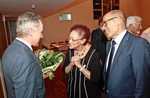 Der Ludwigsburger Landrat Rainer Haas (links) und der Bürgermeister Joachim Wolf   würdigten  die Verdienste von Annemarie Frohnmaier. Foto: factum/Bach