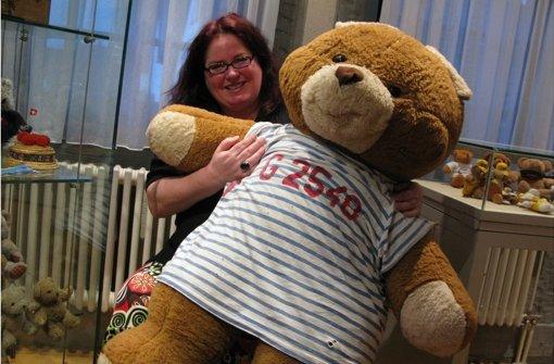 Birgit Hoss mit Ludwig, einem ihrer größten Bären. Foto: Gabriele Lindenberg