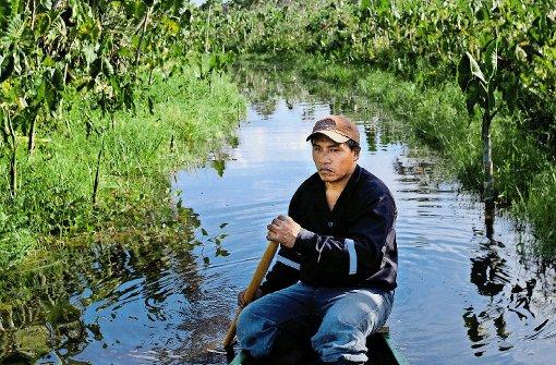 Mit dem Kanu fahren Einheimische die Besucher durch die Wasserkanäle des Dschungels. Foto: Kirchgessner