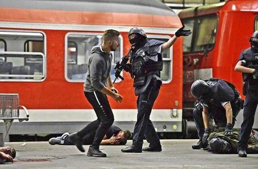 Trainingsszenario: In Stuttgart fährt ein Zug ein, in dem Angreifer auf die Passagiere schießen. Foto: 7aktuell.de/Oskar Eyb