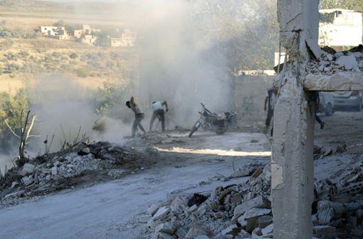 Syrer versuchen einen Brand nach einem Luftangriff in der Provinz Idlib zu löschen. Sollte Syrien einen Großangriff auf Idlib starten, befürchten Experten eine humanitäre Katastrophe. Foto: AFP