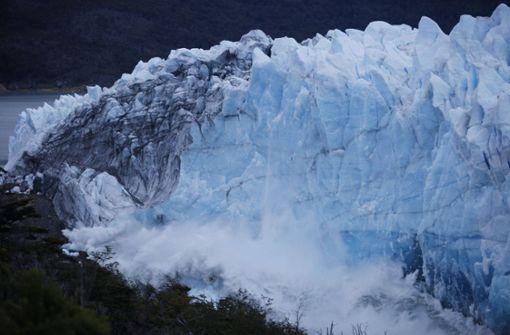 Im Süden Argentiniens hat der Durchbruch des berühmten Gletschers Perito Moreno begonnen - ein Naturschauspiel, das tausende Schaulustige anzieht. Foto: AFP
