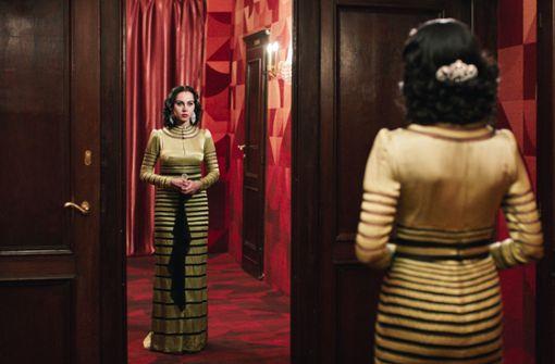Balanceakt zwischen traditioneller Züchtigkeit und Glamour: Oum Kulthum (Yasmin Raeis) im Bühnenkleid. Foto: NFP
