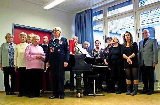 Ein gemeinsames Foto und ein Ständchen aus dem Stegreif zum Abschied der Chorgemeinschaft der SKG Botnang. Foto: Susanne Müller-Baji