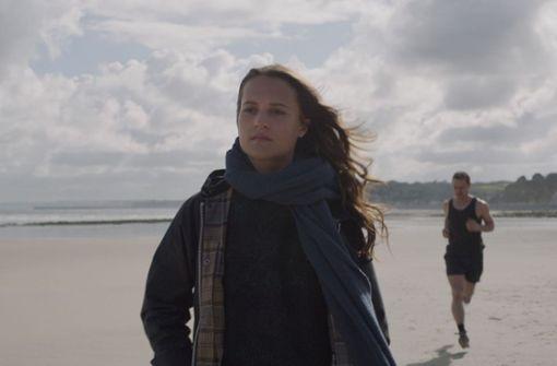 Danielle (Alicia Vikander) und James (James McAvoy) begegnen einander am Strand. Foto: Warner