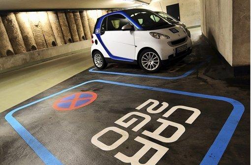 Stellplatz für einen Car2go-Smart: Erste Studien zur Ökobilanz des Geschäfts mit dem Carsharing (auf Deutsch: Auto teilen) werden erst im Herbst erwartet. Foto: dpa