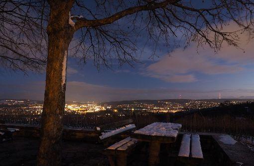 Einen traumhaften Ausblick auf das verschneite Stuttgart bei Nacht, wenn der Kessel leuchtet. Foto: Leserfotograf burgholzkaefer