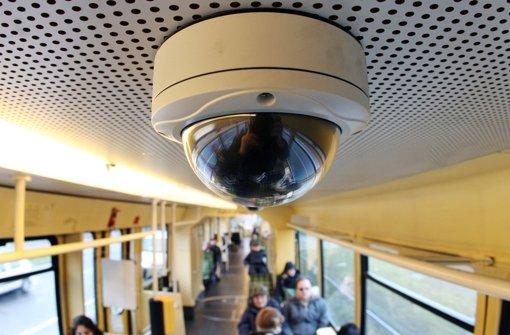 Videoüberwachung in Bus und Bahn: Für die Polizei oft wichtig auf der Suche nach Straftätern Foto: dpa