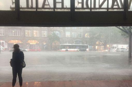 Wegen eines heftigen Unwetters hat die Deutsche Bahn den Verkehr zwischen Hannover Hamburg Kiel und Bremen eingestellt. In Hamburg hat es einen Tornado gegeben