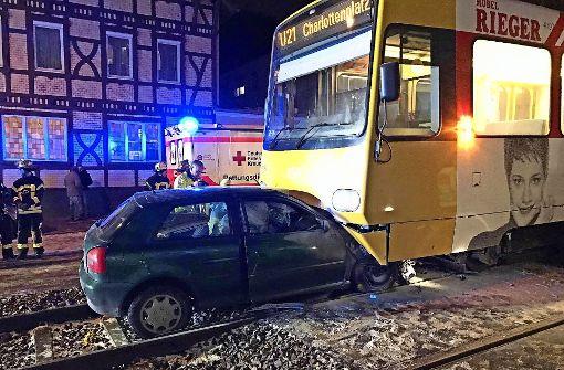 Auto prallt frontal gegen Stadtbahn