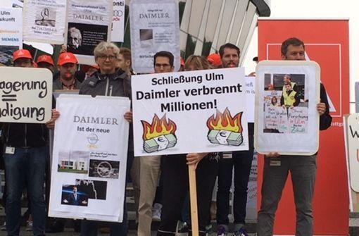 70 Ulmer Forscher demonstrieren vor Zetsches Büro