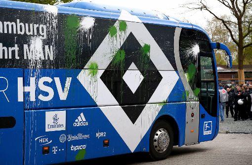 Der Bus des Hamburger SV wurde vor dem Derby beim SV Werder Bremen sichtbar attackiert. Foto: Bongarts