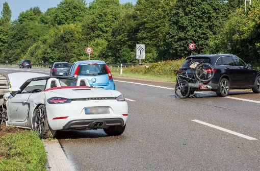 Porsche rammt Mercedes von der Fahrbahn