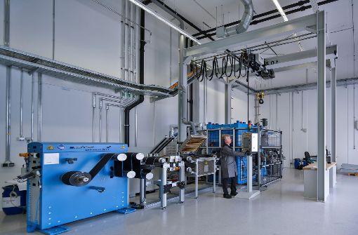 Bisher gibt es nur beim Zentrum für Sonnenenergie- und Wasserstoff-Forschung in Ulm eine Pilotanlage zur industriellen Fertigung von Lithium-Ionen-Zellen für Elektroautos. Foto: ZSW