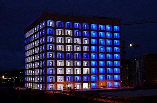 Nachts ist der blaue Würfel hinter dem Hauptbahnhof am Mailänder Platz ein ganz besonderer Hingucker - hier einige Bilder der Stuttgarter Stadtbibliothek von unseren fleißigen Leserfotografen: Foto: Leserfotograf chrisho