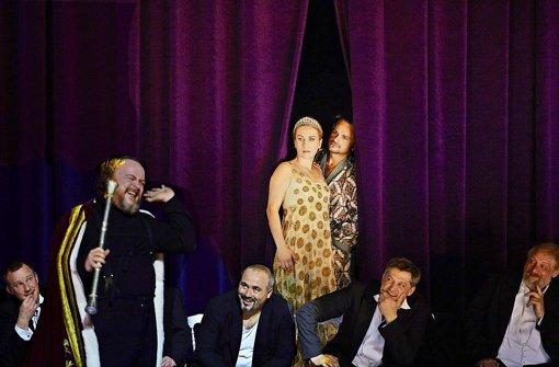 Markus Marquardt (links) als Rigoletto, Ana Durlovski als Gilda, Atalla Ayan als Herzog, herren des Staatsopernchors Foto: A. T. Schaefer