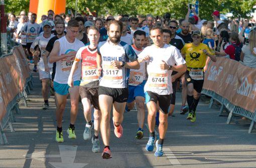 Firmenlauf in Stuttgart: Rund 7700 Läuferinnen und Läufer sind auf der Strecke. Später gewinnt Daniel Noll, der Mann mit der  Startnummer 6744. Foto: Lichtgut/Oliver Willikonsky