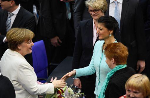 Sahra Wagenknecht, die Vorsitzende der Linksfraktion, gratuliert der wieder gewählten Bundeskanzlerin.  Foto: dpa