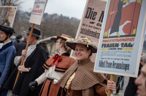In historischen Kostümen – Frauen erinnern an den Kampf um ihr Recht