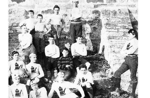 Aus dem Jahr 1890 stammt das älteste Foto des Cannstatter Fußballclubs, rechts steht  Philipp Heineken. Foto: Stadtmuseum