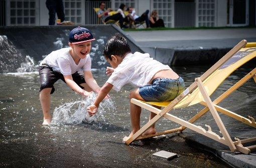 Wasserspiele gefallen Kindern, hier die Spielfläche vor der Bibliothekl. Foto: Lichtgut/Achim Zweygarth