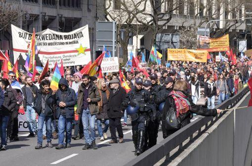 Bunte Menschenmasse demonstriert für Frieden
