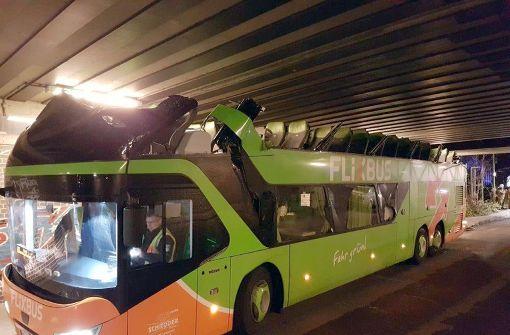Brücke zu niedrig - Flixbus wird zum Cabrio