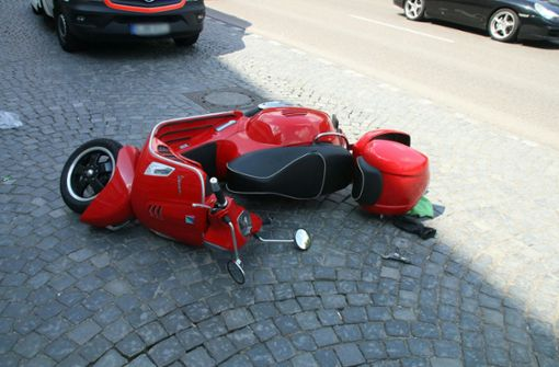 Rollerfahrer erfasst und auf Straße geschleudert