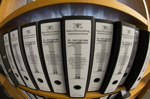Aktenordner des NSU-Untersuchungsausschusses in Baden-Württemberg. Er Vermerk zeigt: Der Verfassungsschutz hielt der Polizei Informationen über den Ku-Klux-Klan vor. Foto: dpa