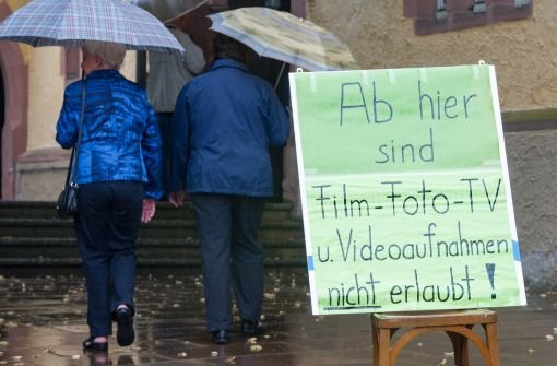 Hunderte Menschen sind am Sonntagabend im nordbadischen Dossenheim (Rhein-Neckar-Kreis) zu einer Trauerfeier für die Opfer und Verletzten des Amoklaufs gekommen.  Foto: dpa