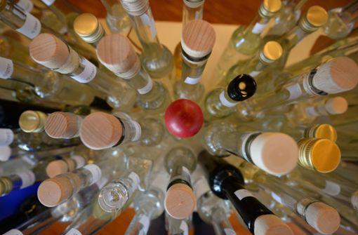 In der Wohnung des Mannes fanden die Beamten mehrere hundert Flaschen Hochprozentiges. Foto: dpa