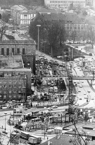 1973 - Baustelle am Hauptbahnhof. Die Autos müssen zwischen Stadtbahn und S-Bahn Schlangenlinien fahren.  Foto: dpa
