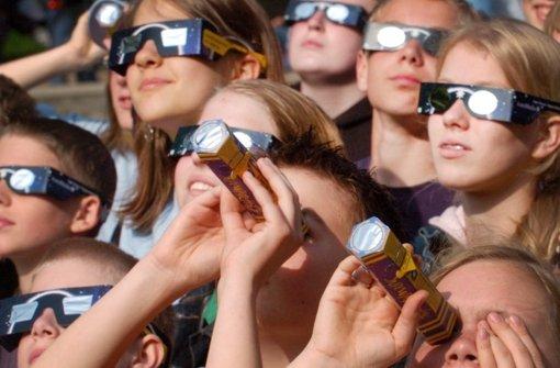 Augenärzte und Optiker warnen: Nur mit speziellen Sonnenfinsternisbrillen sollte man am 20. März die partielle Sonnenfinsternis beobachten. Doch in Stuttgart sind so gut wie keine Brillen mehr im Handel. (Symbolfoto) Foto: dpa