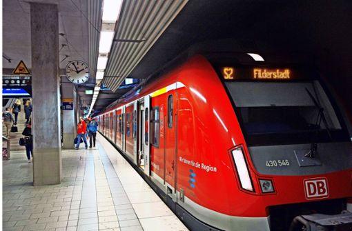 Hinter dem Flughafen wird es schwierig, jede Viertelstunde eine S-Bahn in beide Richtungen fahren zu lassen – dort gibt es nur ein Gleis. Foto: Horst Rudel