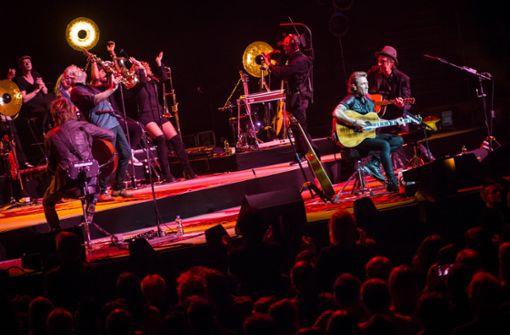 Maffay – begleitet von einer Big Band unter anderem mit Schlagzeuger Bertram Engel (Udo Lindenberg), Keyboarder Pascal Kravetz und Gitarren-As Carl Carlton.  Foto: Lichtgut