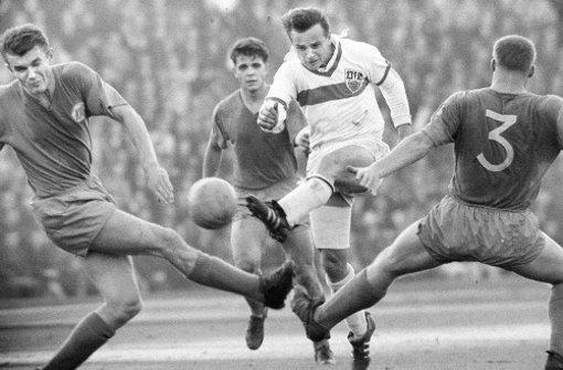 Legende mit Brustring: Der frühere VfB-Stürmer Erwin Waldner ist tot Foto: Baumann