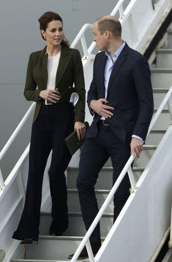 Seltener Anblick: Kate trägt bei ihrem Besuch eine elegante Hose und auch sonst ein eher schlichtes Outfit. Foto: AP