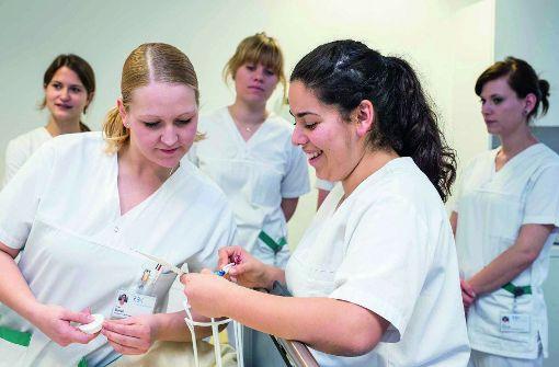 Deutsche und Flüchtlinge werden gemeinsam in der Krankenpflege ausgebildet