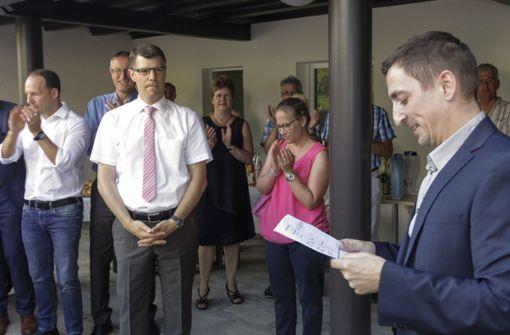 Der Hauptamtsleiter und Vorsitzende des Gemeindewahlausschusses, Christoph Reza (r.), verkündet das Wahlergebnis. Foto: factum/Bach