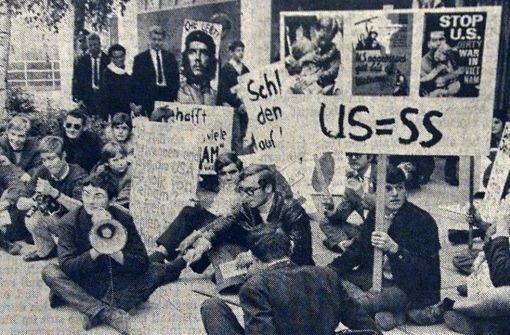 Joschka Fischer mit Megafon, 1967 vor dem US-Konsulat in Stuttgart Foto: Kraufmann