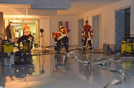 Insgesamt 200.000 Liter Wasser musste die Feuerwehr aus dem direkt unterhalb des Haupteingangs liegenden Kellertrakt des Winnender Neubaus pumpen. Foto: Rems-Murr-Kliniken