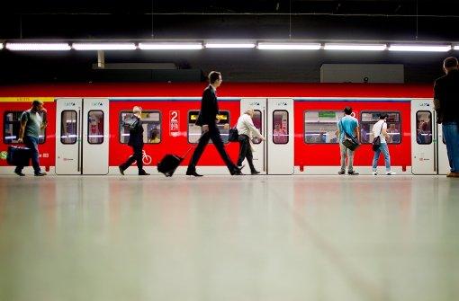 Allein auf weiter Flur? Wer in einer belebten S-Bahn-Station überfallen wird, bleibt häufig ohne die Hilfe von Passanten. Foto: dpa
