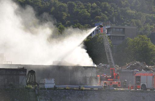 Riesiger brennender Müllberg nebelt B10 ein