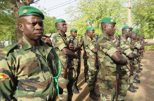Antreten der malischen Soldaten für den hohen Gast aus Deutschland. Foto: Schiermeyer