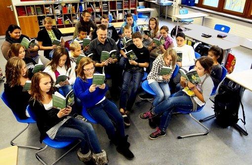 Schüler  redigieren ein Kinderbuch