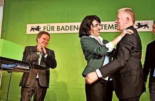 OB Fritz Kuhn gratuliert der überglücklichen Muhterem Aras Foto: Lichtgut/Ferdinando Iannone Foto: