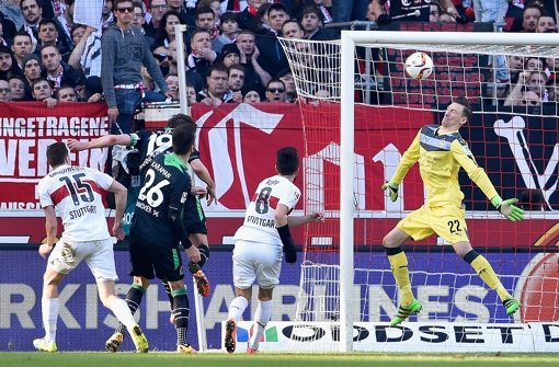 Christian Schulz von Hannover 96 trifft zum 1:1-Ausgleich. VfB-Torwart Tyton (r.) kann den Ball nicht halten.  Foto: Bongarts