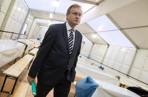 Als Regierungspräsident  viel unterwegs: Johannes Schmalzl 2015 in einer Flüchtlingsunterkunft Foto: dpa